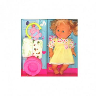 Žaislinis kūdikis-mergaitė geltona suknele su vaiko priežiūros priemonėmis